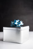 Metal a caixa de presente nos fundos de madeira brancos e pretos Fotos de Stock Royalty Free