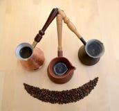 Metal, ceramiczne turczynki o kawie i kaw adra na ligh fotografia stock