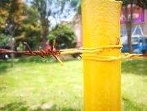 Metal a cerca com corrosão vermelha e pintura amarela imagens de stock