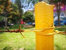 Metal a cerca com corrosão vermelha e pintura amarela fotos de stock royalty free