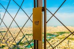 Metal a cerca na asa do leste da torre Eiffel que olha sobre o rio Seine no verão liso imagens de stock royalty free