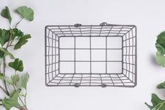 Metal a cesta com menos opinião superior colocada plano dos ramos fotos de stock