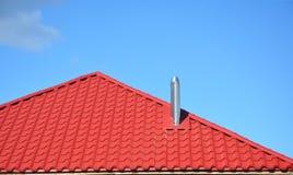 Metal a chaminé modular com o telhado vermelho da casa do metal A chaminé coaxial para a caldeira de gás é uma solução técnica no fotos de stock