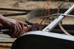 Metal con una amoladora, trabajador del sawing del trabajador que suelda con autógena el acero, versión 11 Imagen de archivo libre de regalías
