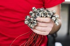 Metal conectores bondes com a linha na mão imagem de stock