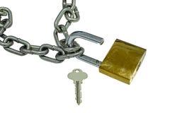 Metal a corrente e abra o cadeado no fundo branco Fotos de Stock Royalty Free