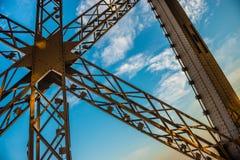 Metal a cruz na torre Eiffel com céu azul imagens de stock