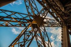Metal a cruz na torre Eiffel com céu azul fotos de stock royalty free