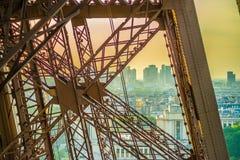 Metal a cruz na torre Eiffel com a Paris na parte traseira imagens de stock