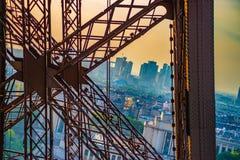 Metal a cruz na torre Eiffel com a Paris na parte traseira fotografia de stock royalty free