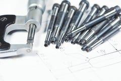 Metal części machining Szczegóły z pomiarową leniwką na druku rysunku zdjęcia royalty free