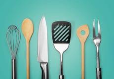 Metal da cozinha e utensílio de madeira no fundo fotografia de stock