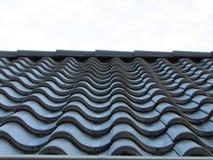 Metal dachowa płytka wykłada dachową płytkę Rząd czerni płytka obraz royalty free