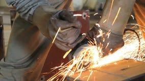 Metal de aço do corte do trabalhador industrial com moedor vídeos de arquivo