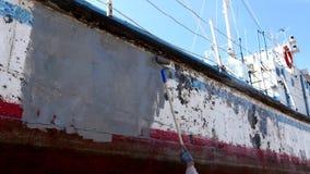 Metal de la cartilla de pinturas del trabajador de la nave oxidada vieja en el astillero en el puerto de Moscú almacen de metraje de vídeo