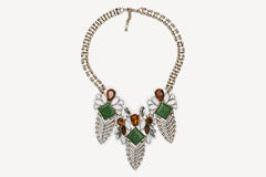 Metal de prata frisado e colar colorida das pedras preciosas fotografia de stock royalty free