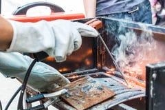 Metal de solda do trabalhador Imagem de Stock Royalty Free
