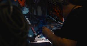 Metal de soldadura del soldador en taller con las chispas imagenes de archivo