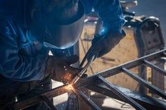 Metal de soldadura del trabajador Imagen de archivo libre de regalías
