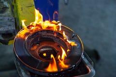 Metal de soldas masculino do soldador do close-up usando um queimador de g?s foto de stock royalty free