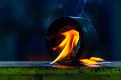 Metal de soldas masculino do soldador do close-up usando um queimador de g?s imagens de stock