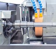 Metal del acabamiento que trabaja en la máquina de pulir de la alta precisión Fotografía de archivo libre de regalías