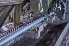 Metal del corte y de soldadura del trabajador industrial Machin del laminador Fotografía de archivo