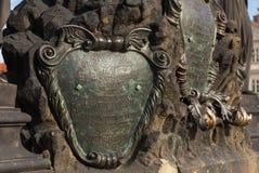 Metal del escudo, inscripciones antiguas del escudo de armas el elemento del bronce adorna la escultura de Charles Bridge Repúbli Imagenes de archivo