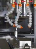 Metal del trabajo del ajuste del centro de mecanización del CNC del operador del CNC Fotos de archivo libres de regalías