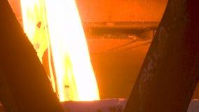 Metal derretido que derrama fora da fornalha Metal líquido do alto-forno vídeos de arquivo