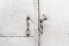 Metal desbloqueado de la entrada de la puerta de la alambrada Fotos de archivo libres de regalías