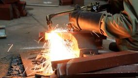 Metal do corte de gás usando a tocha do acetileno. filme