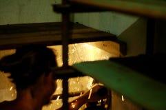Metal do corte do metalúrgico com faíscas Fotografia de Stock Royalty Free