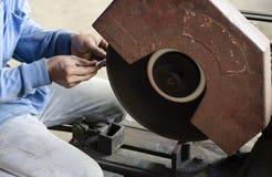 Metal do corte do trabalhador com moedor. Foto de Stock