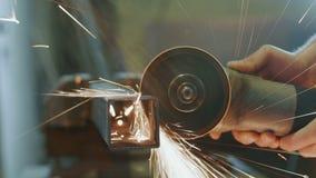 Metal do corte do trabalhador com uma ferramenta elétrica vídeos de arquivo
