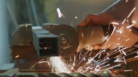 Metal do corte do trabalhador com uma ferramenta elétrica filme