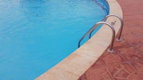 Metal drabina basen w basenie jest jasna b??kitne wody zbiory