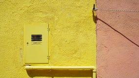 Metal drymba i elektryczny pudełko na żółtej kolor ścianie fotografia royalty free