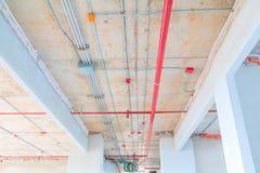 Metal drymby wewnętrzne w budowy i ogienia kropidle na czerwieni drymbie wieszają od sufitu inside Fotografia Royalty Free