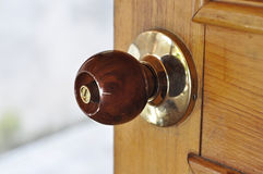 Metal Drzwiowej gałeczki Mosiężny drewno Zdjęcia Royalty Free
