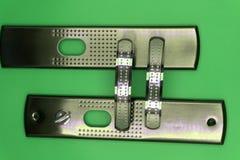 Metal drzwiowej rękojeści kędziorek odizolowywający na bielu obraz royalty free