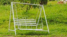 metal el banco del oscilación contra hierba verde en parque turístico almacen de video