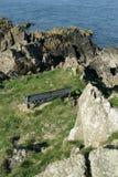 Metal el banco en una trayectoria costera en Escocia, Dumfries y Galloway fotos de archivo libres de regalías