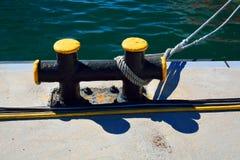 Metal el bitt en un embarcadero con una línea de amarre y un cableado en frente Foto de archivo libre de regalías