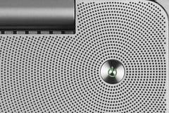 Metal el botón del IO del poder verde en la superficie perforada de aluminio Imagenes de archivo