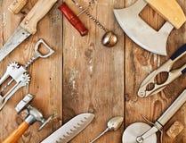 Metal el cookware y los accesorios en una tabla de madera Fotografía de archivo