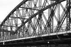 Metal el detalle oxidado industrial de acero del puente ferroviario del tren en Praga Imagenes de archivo