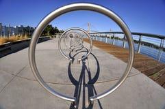 Metal el equioment del ejercicio del arco en un parque Imagenes de archivo