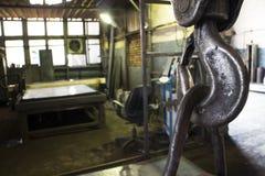 Metal el gancho en el fondo del taller imagen de archivo