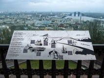 Metal el mapa de las atracciones de Kiev en el fondo del panorama de la ciudad de Kiev fotografía de archivo libre de regalías